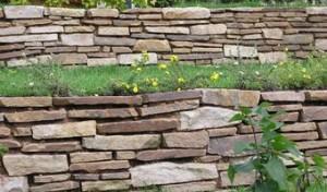 Строительство подпорных стен из природного камня плитняка фото